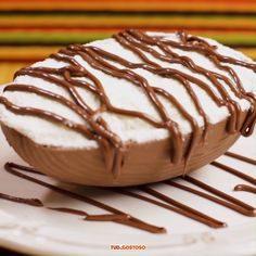 Spoon egg with hazelnut powder and milk - Feliz Páscoa! Easy Cake Recipes, Sweet Recipes, Dessert Recipes, Sardine Recipes, Yummy Food, Tasty, Healthy Food, Food Cakes, Easter Recipes