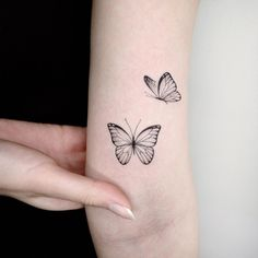Simple Butterfly Tattoo, Butterfly Tattoos For Women, Delicate Tattoo, Butterfly Tattoo Designs, Butterfly Sleeve Tattoo, Red Ink Tattoos, Mini Tattoos, Body Art Tattoos, Small Tattoos