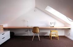 Arbeidsplass på loftet med rik tilførsel av frisk luft og dagslys. Til å få masse energi av