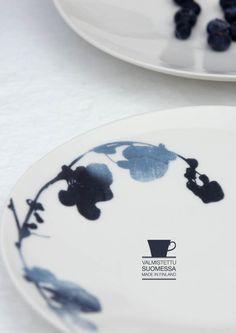 Usva astiasto. Kuosin soljuva ja korumainen kuvio on peräisin suolaheinästä. Pentik Pop Up, 1.krs.