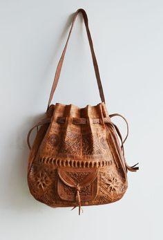 Bolsa saco com o couro todo trabalhado - Love this bag