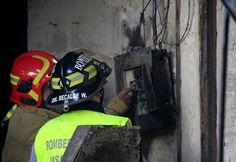 Bomberos inspeccionando una de las posibles causas del incendio.