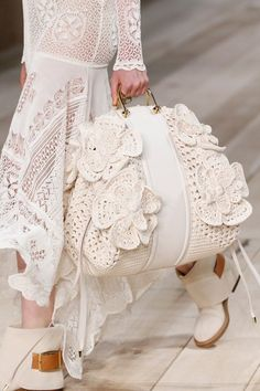Borse moda Primavera Estate modelli must have - Pagina 2 Fashion 2020, Runway Fashion, Couture Fashion, Fashion Bags, Runway Shoes, Spring Bags, Gucci Dress, Crochet Purses, Knitted Bags
