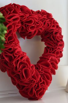 Make a beautiful Valentine's Day Craft felt heart wreath. A few simple supplies and or is easy enough that your kids can help you make this Valentine Heart . Valentine Day Wreaths, Valentines Day Decorations, Valentine Day Crafts, Valentine Heart, Valentine Ideas, Printable Valentine, Homemade Valentines, Felt Wreath, Diy Wreath