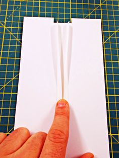 Diyviértete: Utensilio de Cartulina Para Hacer Bieses Fabric Manipulation, Sewing Techniques, Plastic Cutting Board, Hand Embroidery, Projects To Try, Diy Crafts, Ideas, Sewing Patterns, Sewing Appliques