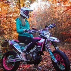 Ktm Dirt Bikes, Cool Dirt Bikes, Dirt Biking, Motorcycle Racers, Girl Motorcycle, Motorcycle Quotes, Biker Love, Biker Girl, Triumph Motorcycles