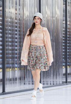 Vocês repararam que as coleções Primavera/Verão dos desfiles das Semanas de Moda sde Nova York, Milão e Paris, trouxeram cores leves, alegres e tecidos fluidos, bem característicos da estações. Mas…