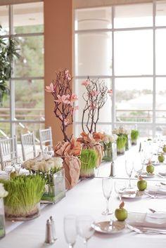 Tafelschikking is mooi en de takken met bloemen. We hebben zulke takken met witte bloemen al wel eens bij jullie zien staan op pilaren. Dit lijkt ons mooi voor in de eetzaal.