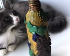 Decoration bottles are so amazing! So easy to do, plus you can do it yourself. By: Fairy bottle crafts videos DIY BOTTLE DECOR Glass Bottle Crafts, Wine Bottle Art, Diy Bottle, Diy Crafts Hacks, Diy Home Crafts, Decoupage Glass, Altered Bottles, Bottle Painting, Diy Art