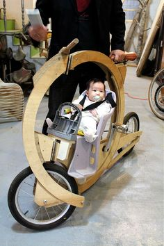protective bike/baby buggy in wood ! (via velovision). Make it a trike so a person could let go and not spill baby. Wooden Bicycle, Wood Bike, Tricycle, Garage Velo, Atelier Theme, Moto Design, Velo Cargo, Baby Bike, Baby Buggy