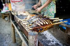 The simple grilled mekong fish from Luang Prabang street stalls is a must. Fresh-caught, flavorful, tender and juicy. Vietnamese Recipes, Filipino Recipes, Indian Food Recipes, Asian Recipes, Cantonese Food, Laos Food, Asian Soup, Momofuku, Steamed Buns