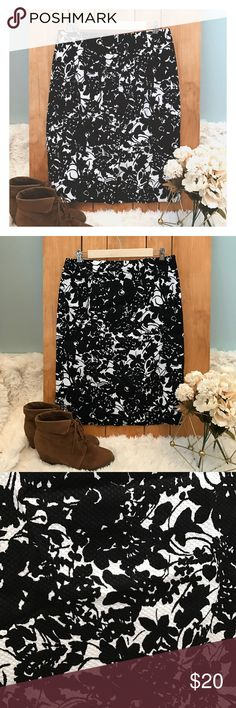 Price ⬇️ Talbots Floral Pencil Skirt A really beautiful pencil skirt perfect for the office or for a casual day out. The skirt is a size 8 from Talbots, in excellent condition. Talbots Skirts Pencil