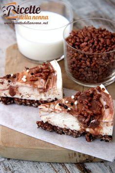 Una classica cheesecake fredda alla Nutella in cui la base di biscotto è sostituita dal riso soffiato al cioccolato fondente. Una vera delizia. Procedimento In un pentolino fate fondere a bagnomaria il cioccolato fondente con il riso soffiato. Coprite una tortiera a gancio del diametro di 20 cm con la carta forno sia sul fondo […]