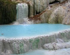 Terme naturali libere -Fosso bianco e cascata balena bianca Free natural spas – White shaft and white whale waterfall Vacation Places, Italy Vacation, Italy Travel, Italy Trip, Italy Tour Packages, Cool Places To Visit, Places To Go, Dublin, Italy Holidays
