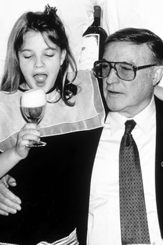 Drew Barrymore enjoying a drink with Gene Kelly Drew Barrymore Young, John Barrymore, Hollywood Stars, Classic Hollywood, Old Hollywood, Child Actresses, Actors & Actresses, Barrymore Family, Heroes Actors