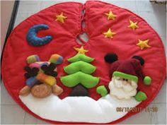 pies de arbol navideños - Buscar con Google Christmas Time, Christmas Wreaths, Christmas Crafts, Christmas Decorations, Xmas, Merry Christmas, Holiday Decor, Crochet Christmas, Garland Hanger