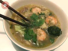 Une recette facile et qui réchauffe de bouillon thaï crevettes et vermicelles avec ses petits légumes #asie #thaï #pâtes #chine #chinoises #crevettes #légumes #vermicelles #coriandre #soupe #bouillon #brocolis