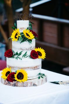 {Sunflower Wedding Cake The couples love for all things Autumn made October the perfect month for their wedding day. Rich Autumn hues such as burgundy copper created a warm romantic vibe at Dancing Oaks Ranch in Ojai, CA. The fall wedding ceremony back Wedding Cake Roses, Burgundy Wedding Cake, Wedding Cake Rustic, Fall Wedding Cakes, Wedding Cake Designs, Summer Wedding, Wedding Day, Wedding Venues, Diy Wedding