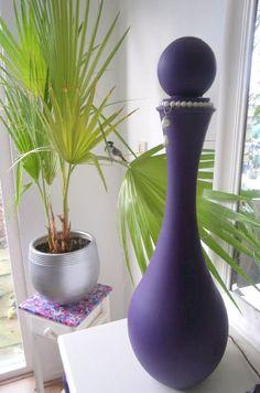 Met gesso en acrylverf de glazen fles gepimpt en de bovenkant van het tafeltje beplakt met decopatch
