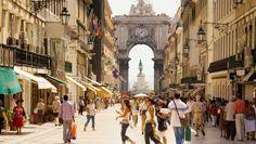 Portugal-Reise: Lissabon: Lieber zuckeln als ruckzuck - via BZ Berlin 25.05.2013   Foto: Nur für Fußgänger: Die Rua Augusta mit dem Triumphbogen