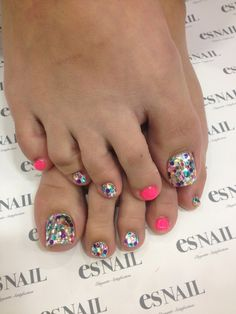 Glitter Toenails - Just glitter the big toe and put alternating colors on toes. Nails Only, Love Nails, Pretty Nails, My Nails, How To Do Nails, Fancy Nails, Toe Nail Color, Nail Colors, Pedicure Nail Art