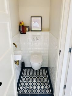 Gäste-WC's sind oft sehr klein. Doch jeden Raum, egal wie klein, kann man gut i… Guest toilets are often very small. But any room, no matter how small, can be well staged. Here's an example of how you can conjure up a cozy atmosphere with beautiful tiles. Small Toilet Room, Guest Toilet, Downstairs Toilet, Small Bathroom, Bathroom Ideas, Bathroom Remodeling, Remodeling Ideas, Small Sink, Bathroom Organization