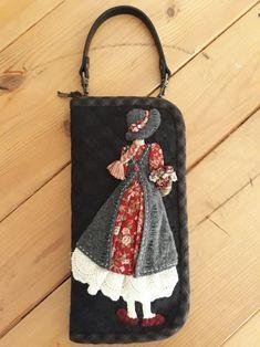 다이애나 지갑2 : 네이버 블로그 Embroidery Bags, Hand Embroidery Designs, Hand Applique, Wool Applique, Patchwork Bags, Quilted Bag, Diy Crafts Slime, Denim Tote Bags, Diy Art Projects