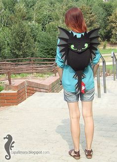 To buy or inspiration : Backpack Toothless funny cute black dragon felt by CapallMaraKawaii and want just to wear, not even to use as a bag! Backpack Toothless funny cute black dragon felt by CapallMaraToothless backpack made of felt so it looks like Toothless Funny, Toothless Dragon, Mode Bizarre, Cooler Look, Creation Couture, Black Dragon, How To Train Your Dragon, Drake, Httyd