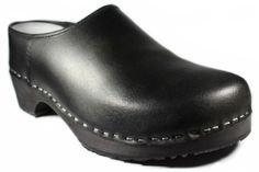 Mehr Schuh braucht man nicht.  Der Arbeits- und Freizeitschuh für jedermann. Holzclogs in Schwarz sind bekannt für Ihre Langlebigkeit und ihr unverwüsstliches und schlichtes Design.