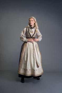 2017-10-Eva-Bunad-1270-fin Folk Fashion, Ethnic Fashion, Folk Costume, Costumes, Drawing Clothes, Apparel Design, Costume Design, Traditional Outfits, Folk Art