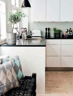 Black and White Apartment with a Touch of Pastels - Nordic Design Kitchen Dinning, Kitchen Decor, Kitchen Sink, Kitchen Ideas, Scandi Living, White Apartment, Scandinavian Kitchen, Minimalist Kitchen, Trendy Home