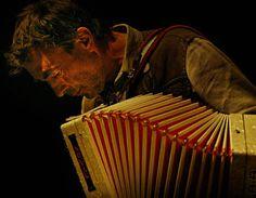 """Hubert von Goisern Tour 2012 - Hubert von Goisern hat seiner Musik das Fell abgezogen. Er erzählt nun in bis aufs Gerippe gehäuteten neuen Liedern von den grundlegenden Zusammenhängen des Lebens. Der Sänger aus dem Salzkammergut hat auf seinem aktuellen Album """"Entweder und Oder"""" mit seiner Ziehharmonika und mit seiner jungen Band, die nur noch aus Schlagzeug, Bass und Gitarre besteht, zwingend treibende, aber auch zärtlich versonnene Musik eingespielt. Klarer, dichter und direkter als je…"""