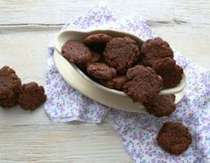 Πεντανόστιμα μπισκότα με κακάο χωρίς αυγά και βούτυρο Cookies, Dog Bowls, Almond, Cereal, Sugar, Breakfast, Health, Sweet, Desserts