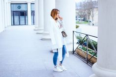 Weißes Frühlings Outfit mit Jeans + Meine Layering Tipps! Sneaker Outfit, Lagenlook, weißer Blazer, whoismocca.com