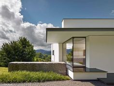 An Der Achalm is a contemporary house located in Reutlingen, Germany. Designed by Alexander Brenner Architects, the home is on a steep, south-facing site with panoramic views of the valley. Alexander Brenner, Small Modern Home, Modern Homes, Outdoor Stairs, Modern Mansion, Prefab Homes, Mid Century House, Beautiful Buildings, Luxury Homes