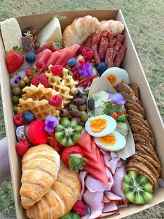 Add a touch of glamour to the morning of your wedding with one of our Brunch Grazing Boxes, delivered to your door on the morning of your wedding or special event. Brunch Decor, Brunch Menu, Brunch Recipes, Brunch Buffet, Brunch Food, Picnic Recipes, Dinner Menu, Dinner Ideas, Dinner Recipes