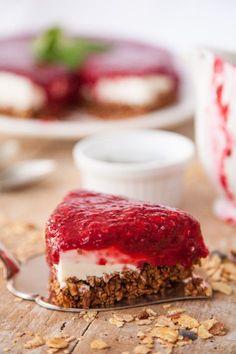 Low-Carb-Himbeer-Cheesecake-Torte mit Müsliboden