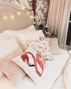 Inspiração de decoração para quarto feminino no Pinterest, com tons rosé e almofadas coloridas e criativas de flamingo