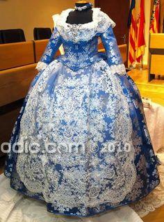 Traje de la Fallera Mayor de Burriana 2011 Isabel Lozano, seda color azul bolsoi con bordados en plata, modelo Sempere de la firma Garín 1820.