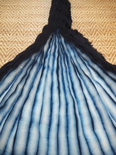 This is a brief overview of the steps involved in creating Shibori patterns on… Diy Tie Dye Techniques, Fabric Dyeing Techniques, Textile Prints, Textile Design, Textiles, Natural Dye Fabric, Natural Dyeing, How To Dye Fabric, Dyeing Fabric