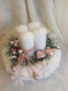 Elegant and Simple Christmas Table Centerpiece Ideas That Easy to Make 026 Advent Candles, Christmas Candles, Pink Christmas, Simple Christmas, Christmas Wreaths, Christmas Ornaments, Advent Wreaths, Nordic Christmas, Reindeer Christmas