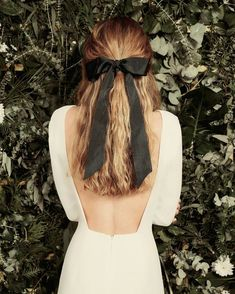Big black bow in hair / easy half up and half down hairstyle for medium to long hair