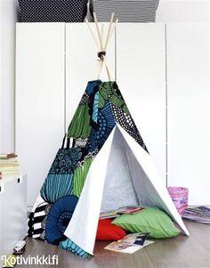 Lastenhuoneen tiipiin voi napata kesällä mukaan myös ulkoleikkeihin. Intiaaniteltta pysyy hyvin pystyssä puukeppien ansiosta ja taittuu kasaan hetkessä.