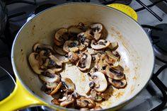 Champiñones dorados en la salsera Le Creuset, para preparar pasta con salsa de chipotle