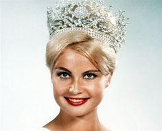 Alemana .....Marlene Schmidt una ingeniero profesional  ganadora del concurso de Miss Universo 1961 . Después desarrollo una carrera en la industria del cine.