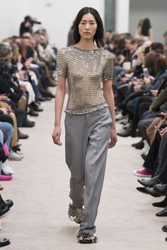 The complete Paco Rabanne Fall 2018 Ready-to-Wear fashion show now on Vogue Runway. Paco Rabanne, Together Fashion, Fashion Show Collection, Autumn Winter Fashion, Fall Winter, Fashion Fall, Ready To Wear, Fashion Design, Fashion Trends