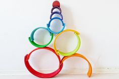Stacking with #grimmsrainbow; one of the more than 100 ideas and examples with this open end play toys - Mamaliefde.nl