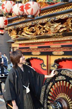 Yoshitomo Ohara with a Hikiyama float which he restored, Toyama, Japan 城端蒔絵  塗師屋治五右衛門