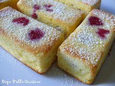 PETITS MOUSSEUX CITRON / FRAMBOISES (Pour 5 p'tits mouss' : 2 oeufs - 60 g de farine - 75 g de sucre - 40 g de beurre - 1/2 sachet de levure - 1 petite pincée de sel - 1 petite pincée de bicarbonate - 60 ml de jus de citron - zeste râpé d'1/2 citron - environ 30 framboises entières surgelées - sucre glace pour saupoudrer)