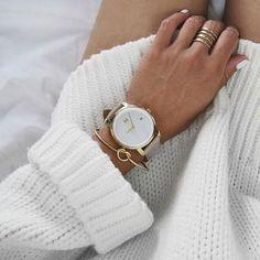 Creëer een elegante look met een stylish horloge en een mooie armband en wat ringen erbij. Dan alleen nog de juiste kleur nagellak erbij en 'voila' je ziet er perfect uit! De leukste horloges en sieraden vind je in de uitverkoop via Aldoor! | mode inspiraie, sieraden, accessoires, horloges | fashion, inspiration, jewelry, accessories, watch, bracelet, rings, nailpolish |